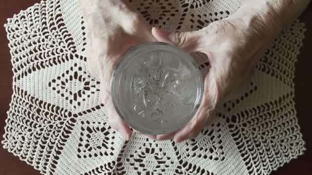 L'eau glacée et mains arthritiques — Vidéo