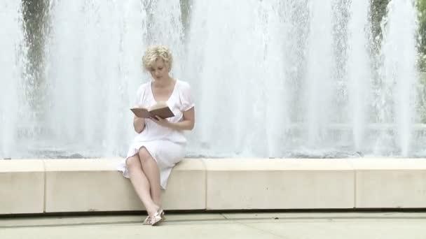 Fille près de fontaine — Vidéo