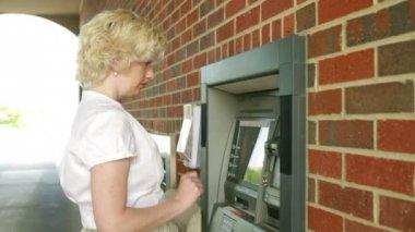 Frau mit geldautomat — Stockvideo