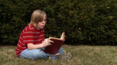 Niño leyendo — Vídeo de Stock