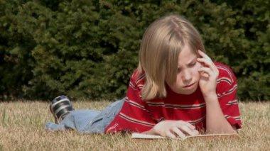 Chlapec čtení — Stock video