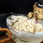 Thanksgiving Bear Making Pumpkin Treats — Stock Photo