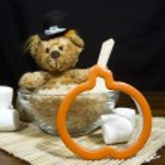 Thanksgiving Bear Making Pumpkin Cookies — Stock Photo