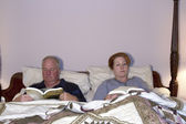 Couple, lecture au lit — Photo