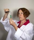 Test tüpleri ile kadın bilim adamı — Stok fotoğraf
