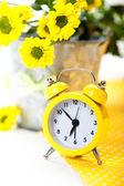 Sveglia gialla con fiori — Foto Stock