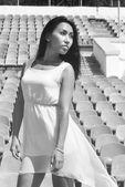 Modelo asiático posando para o pé do estádio nos assentos brilhantes — Fotografia Stock