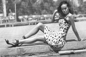 Kentsel peyzaj üzerinde oturan kısmen poz güzel genç bir kadın ıslak — Stok fotoğraf