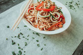 Bowl of chinese noodles with vegetables and shredded chicken — Stock Photo