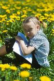 Šťastná dívka v letní zahradě. — Stock fotografie