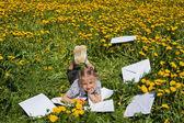 Chica feliz en jardín de verano. — Foto de Stock