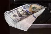 деньги и компьютер — Стоковое фото