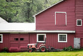 Old Retro Tractor & Red Barn — Stock fotografie
