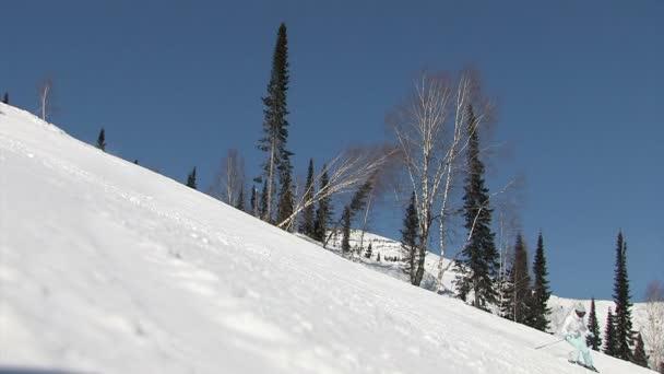Esquiadores de descenso en la vertiente — Vídeo de stock
