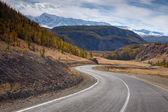 Mountain road in the autumn winds among the rocks — Foto de Stock