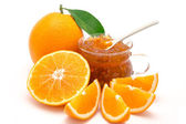 Oranges whole and sliced together with orange jam in a recipient, isolated on a white background — Stock Photo