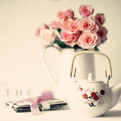 Pink roses, letters and vintage teapot — Stock Photo