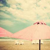 沙滩椅、 遮阳伞 — 图库照片