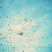 Farbige Luftballons im Flug — Stockfoto