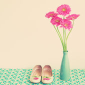 Fashion shoes and pink flowers — Foto de Stock