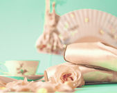 Ballet shoes and roses — Stock Photo