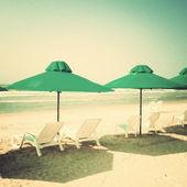 Plážová lehátka a slunečníky — Stock fotografie