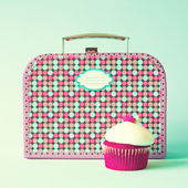 Vintage lunch box and cupcake — Stock Photo
