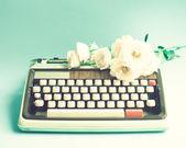 Typewriter and flowers — Stock Photo