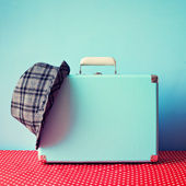 Vintage suitcase and hat — Stock Photo