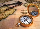 Bússola e mapa antigo — Foto Stock