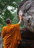 Keşiş Buda heykeli temizliği — Stok fotoğraf