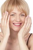 Unga vackra leende blond kvinna — Stockfoto