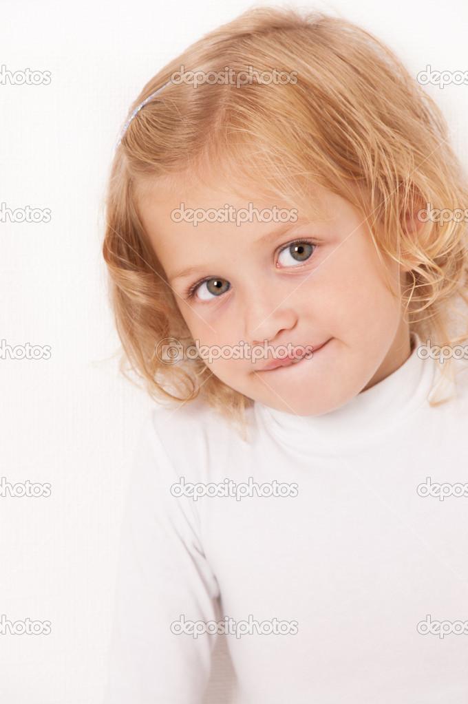 身穿白衣的金发小女孩