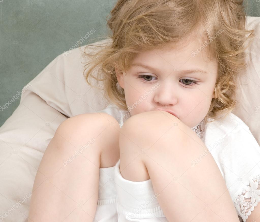 悲伤的可爱小女孩