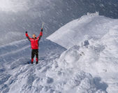 Guy with an ice pick in the mountains — Stockfoto