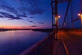 Gece şehir nehri geçip köprü — Stok fotoğraf
