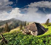 Oud huis in de bergen — Stockfoto