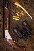 Shotgun, cartridges, binoculars and horn — ストック写真