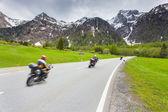 Motorcyclists ride the Maloja pass — Stockfoto