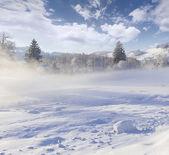 зимний пейзаж в горной деревне. — Стоковое фото