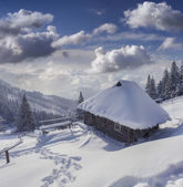 Hut covered with snow in the mountains — Stockfoto