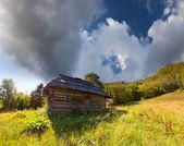 Antigua casa en las montañas — Foto de Stock