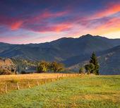 Herfst landschap in het dorp bergen — Stockfoto
