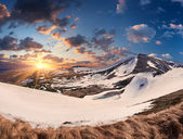 Colorful spring sunrise in mountains — Foto de Stock