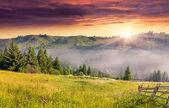 Pueblo de montaña en la niebla — Foto de Stock