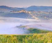 山霧の村. — ストック写真