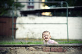 Niña en patio — Foto de Stock