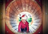 Petite fille sur l'aire de jeu — Photo