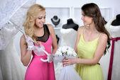 покупая свадебное платье — Стоковое фото