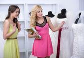 Zakup sukni ślubnej — Zdjęcie stockowe